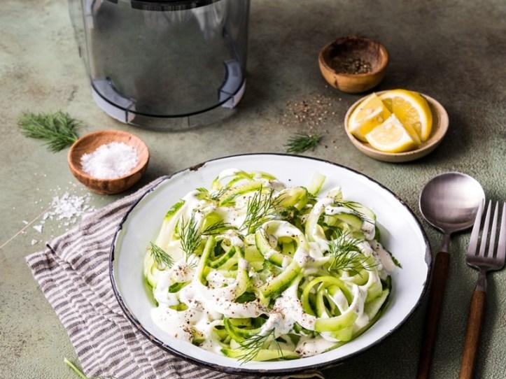 Salat aus Gurkenspiralen mit Crème Fraîche Dressing und Dill