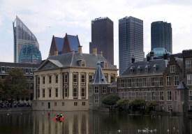 In de Hofvijver voor Het Torentje en Mauritshuis vaart een politiebootje.