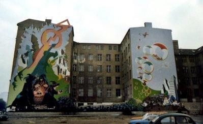 Gekraakte panden met muurschilderingen.