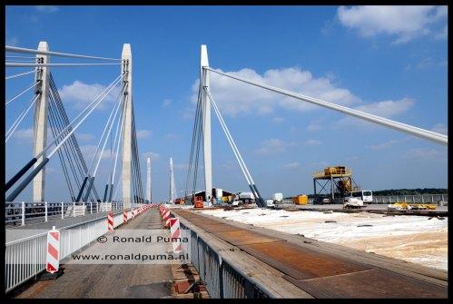 Er is een nieuwe brug naast gebouwd, links, met 4 pylonen (2013).