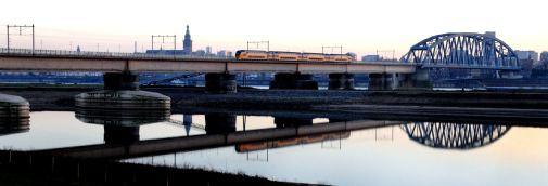 Nijmegen, Spiegelwaal, op de achtergrond de spoorbrug, daarachter de st Stevenskerk. (C) Ronald Puma.