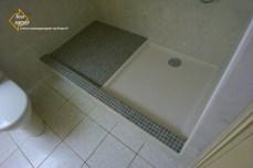 Photo de l'habillage d'un bac à douche en mosaïque