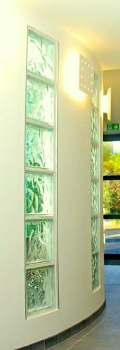 Photo d'une colonne de briques de verre