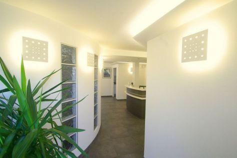 Photo d'un hall d'entrée avec comptoir