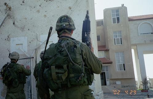 l-militari-israelieni-la-arafat-roncea.jpg