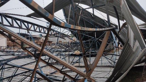 TEMPORAL: Estrutura metálica desaba na rua e moradores ficam assustados