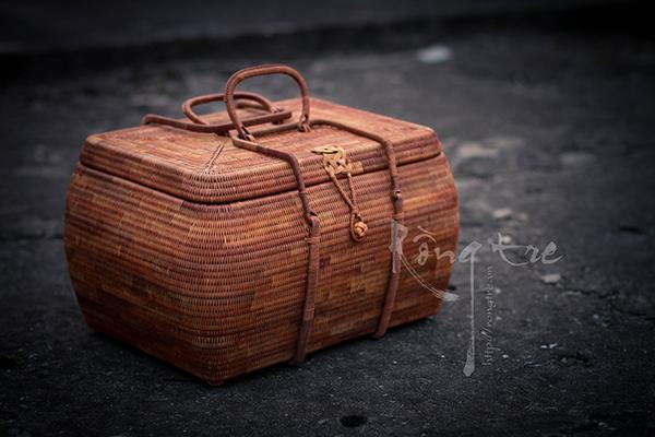 Vali, túi xách mây tre đan loại kỹ có thể dùng để đựng trà cụ đi dã ngoại