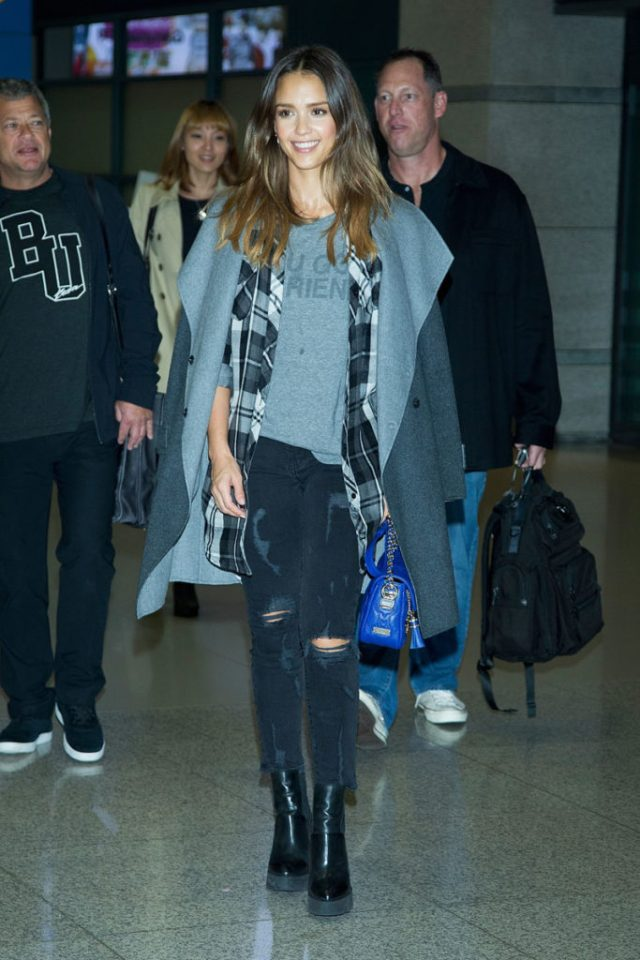 airport_outfit_style_travel_jessica_alba2