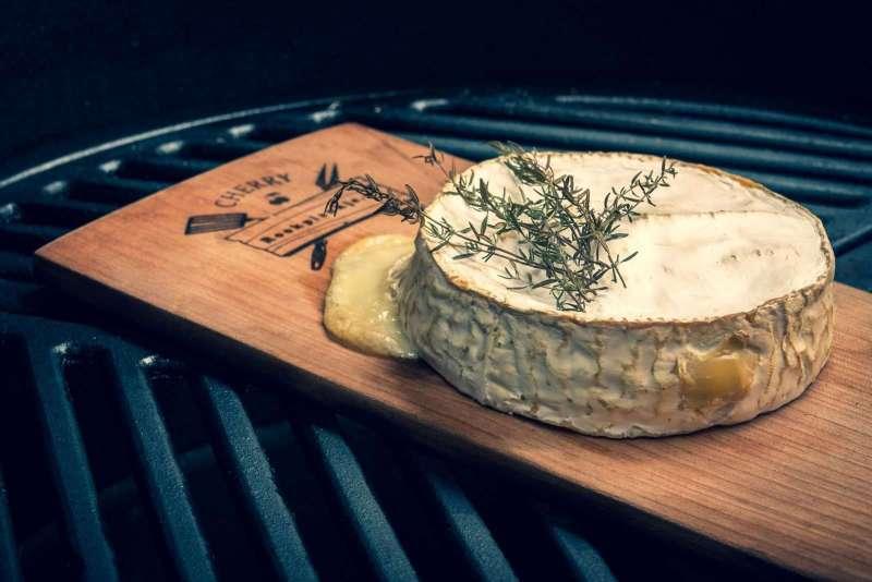 Gerookte Camembert van kersen rookplank