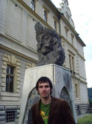 Das bin ich vorm Denkmal Vlad des III. oder auch Vlad der Pfähler. Er wurde in Sighisoara geboren. Anscheinend hat man dort weniger ein Problem mit den Vorlieben für Hinrichtungen des Grafen.
