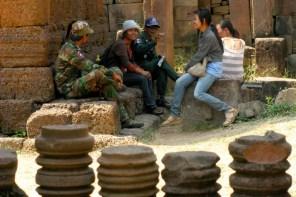 Kim lässt sich von einem kambodschanischen Offizier eine Geschichtsstunde erteilen und lernt über den Alltag der Soldaten. Insbesondere das Militär gehört zu den korruptesten Institutionen in Kambodscha – nicht nur der reguläre Sold kommt selten in voller Höhe bei den Einheiten an, auch Gelder, die bei einer Gala gespendet wurden, flossen vor allem in die Taschen der Generäle. Bei einer Eskalation des Konflikts würden die kambodschanischen Truppen wohl kaum eine Chance haben.
