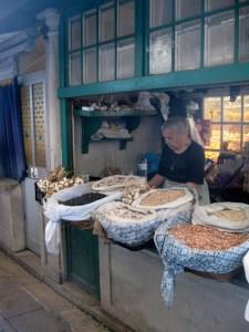 Nußverkäuferin auf dem Markt in Porto