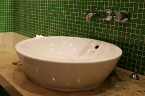 Die Waschbecken in den Badezimmern der Suiten im andel's sind schön geformt. Gut sehen auch die Mosaikkacheln aus.
