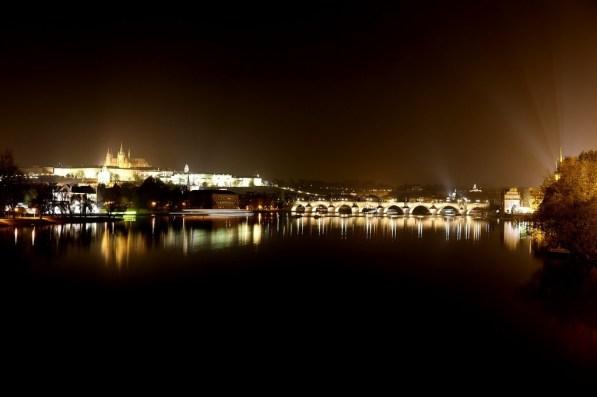 Die Karlsbrücke und die Prager Burg von der Most legii (Brücke der Legionen)