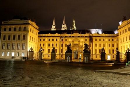 Nicht nur aber besonders nachts ist die Prager Burg beeindruckend. Mitternacht schließen die Palastwachen das Schloss.