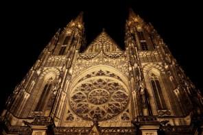 Der St. Veits-Dom wird nachts angestrahlt und ist daher...