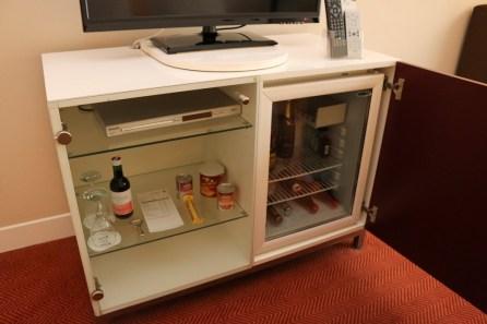 Die Minibar ist klein, hat aber den gleichen Inhalt wie in den Suiten.