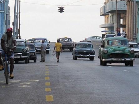 Wie erwartete alte Autos in den Straßen von Havanna.