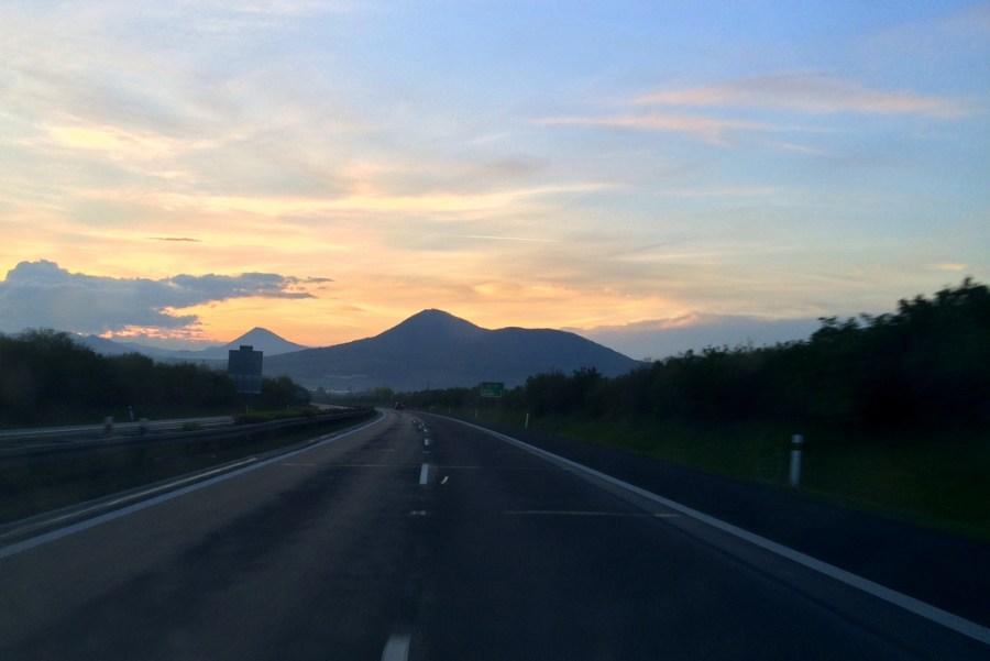 Beim Trampen durch Tschechien bekommt man mitunter auch einen schönen Sonnenuntergang, wie hier im Böhmischen Mittelgebirge bei Lovosice, gratis.