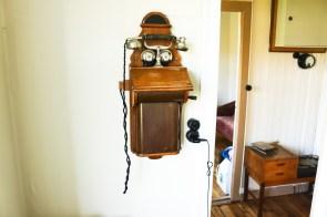 Ein Telefon, vermutlich aus den 20ern hing dort ebenfalls. Allerdings hat es nicht funktioniert.
