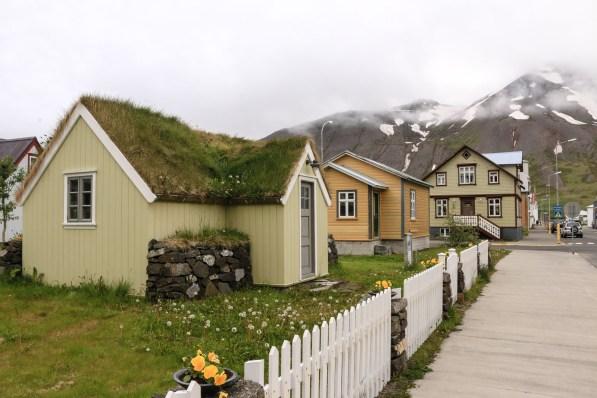 In solchen kleinen Häusern wohnen mitunter noch Isländer. Hier ist es aber eine Ferienwohnung.