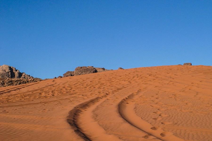 Bei der Jeep Tour im Wadi Rum fahren die Fahrer auch gern mal die Dünen hoch.