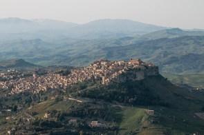Die Umgebung von Enna: Hier schmiegen sich die Dörfer richtig an die grünen Hügel.