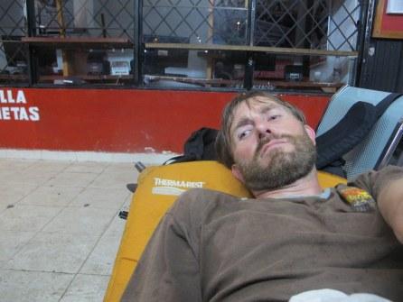 Kurzer Mittagsschlaf auf dem Busbahnhof.