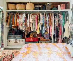 40 boho chic first apartment decor ideas (36)