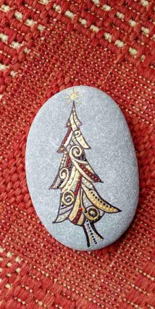 54 easy diy christmas painted rock ideas (30)