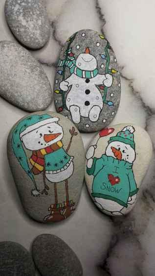 54 easy diy christmas painted rock ideas (47)