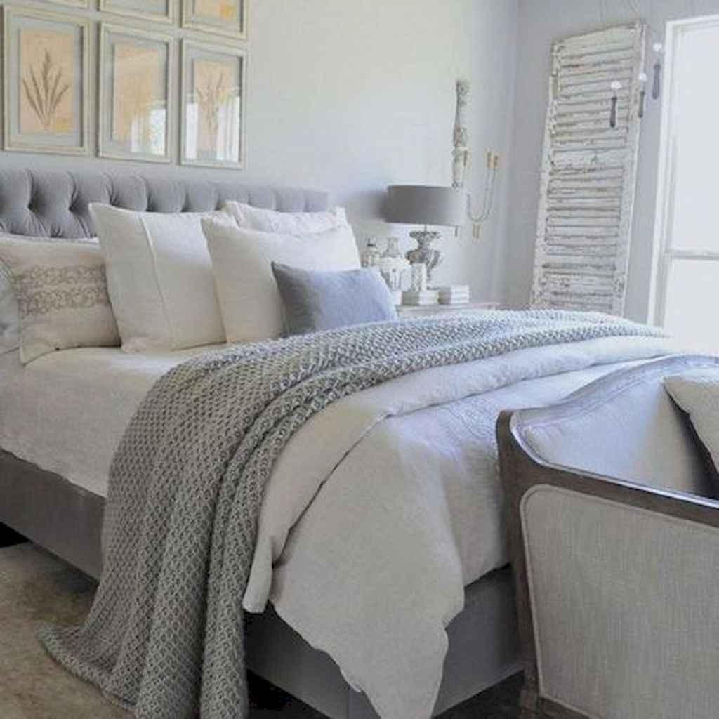 60 simply small master bedroom decor ideas (36)