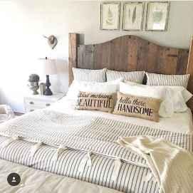 60 simply small master bedroom decor ideas (47)