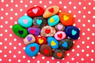 80 romantic valentine painted rocks ideas diy for girl (76)