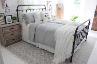 Top 25 farmhouse master bedroom decor ideas (17)