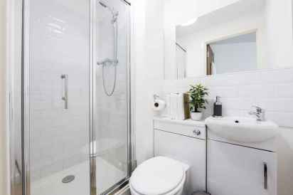 70 inspiring farmhouse bathroom shower decor ideas and remodel to inspire your bathroom (11)