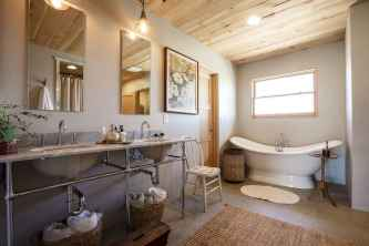 70 inspiring farmhouse bathroom shower decor ideas and remodel to inspire your bathroom (38)