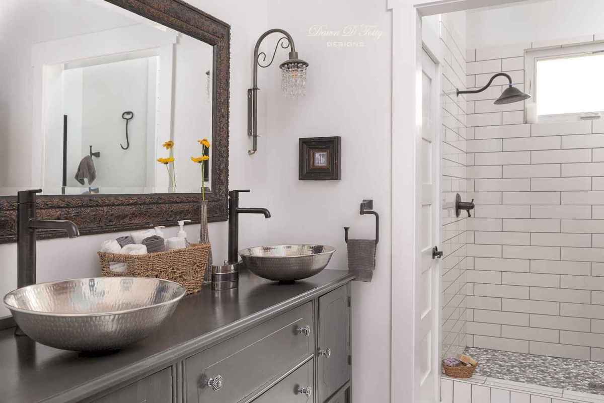 80 awesome farmhouse master bathroom decor ideas and remodel to inspire your bathroom (31)