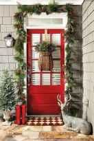 50 front porches farmhouse christmas decorations ideas (19)