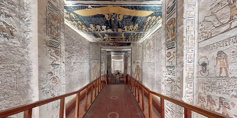 Virtual tour of the Ramesses VI. Hieroglyphics adorn the walls of the corridor.