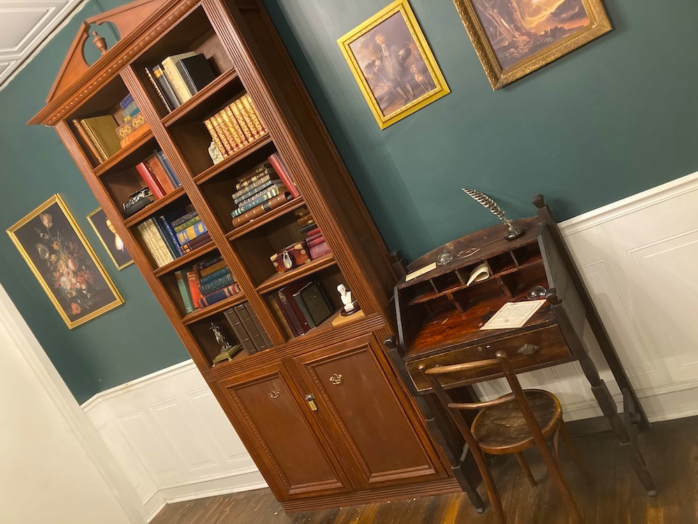 Ben Franklin's office and writing desk.