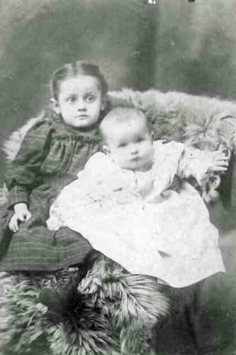 Ida and Margaret Mueller 1901