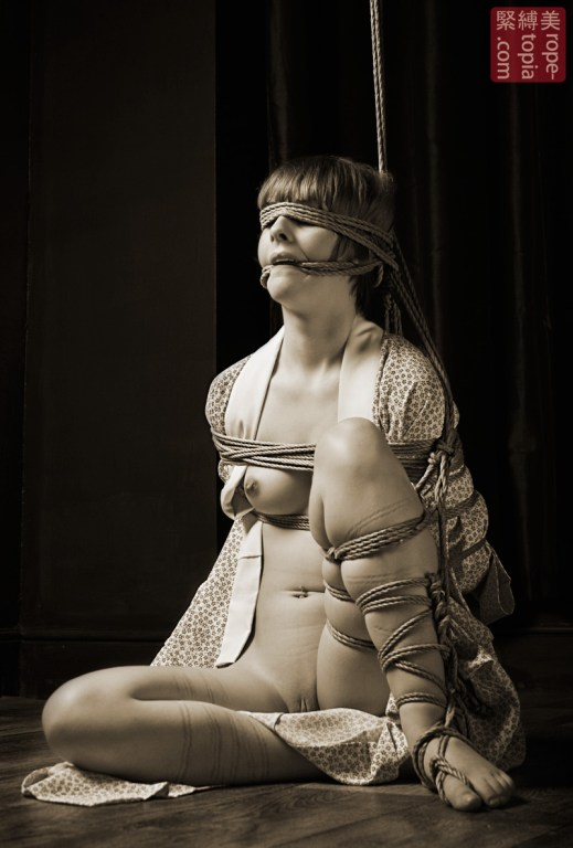 Rope blindfold and futomomo, gote shibari.