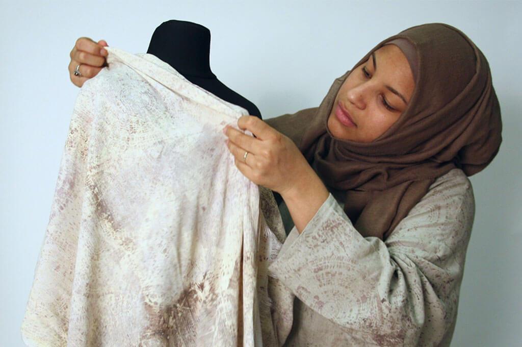 Die Designerin Naomi Afia bei der Arbeit
