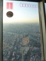 Vue depuis Tôkyô Skytree, avec un effet carte postale incrustée sur la vitre