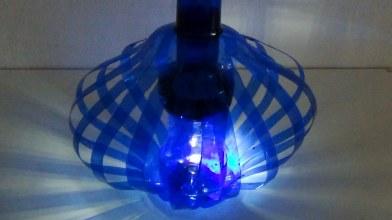 Lámpara realizada con dos botellas de plástico de agua. Rosa Montesa
