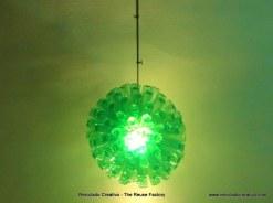 Lámpara realizada reciclando 125 botellas de plástico
