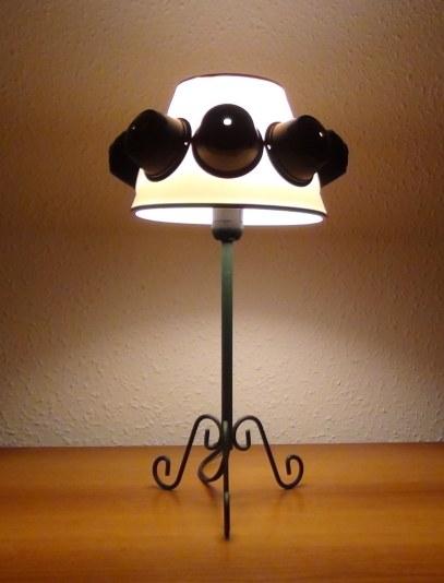 Lámpara realizada con cápsulas de café Dolce Gusto. Rosa Montesa