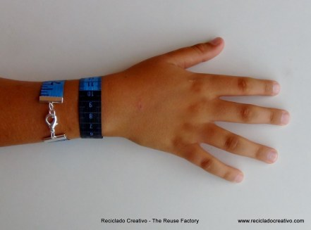 Pulsera realizada reciclando una cinta métrica. Rosa Montesa
