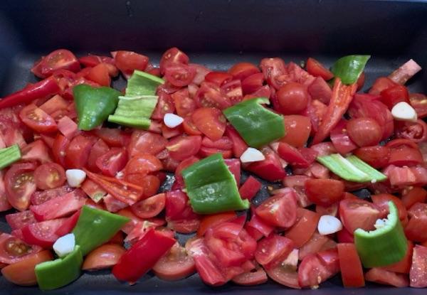 Grøntsagerne fordeles i en bradepande